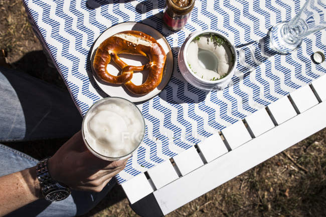 Breakfast with Bavarian veal sausage, wheat beer and pretzls — Stock Photo