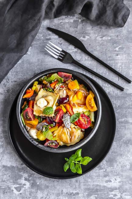 Salade de raviolis à la tomate, raisins, mozzarella et basilic — Photo de stock