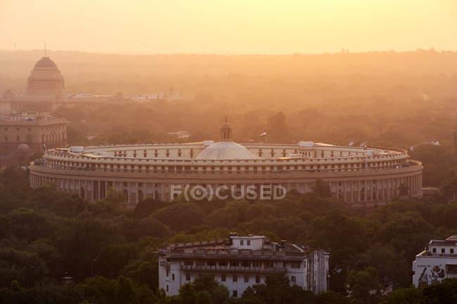 India, Delhi, New Delhi, Parliament Building at sunset, pollution, smog — Stock Photo