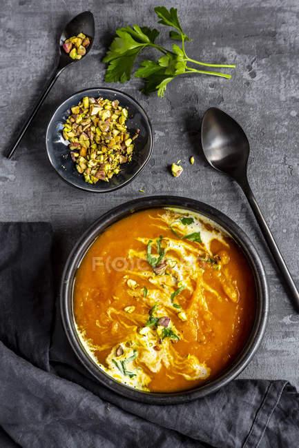 Sopa de batata-doce com curcuma, coentro e pistazio — Fotografia de Stock