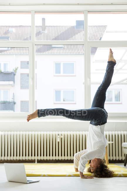 Бизнесвумен, практикующая йогу на полу — стоковое фото