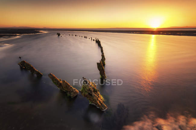 Great Britain, Scotland, East Lothian, Aberlady Nature Reserve, Shipwreck at sunset — Stock Photo