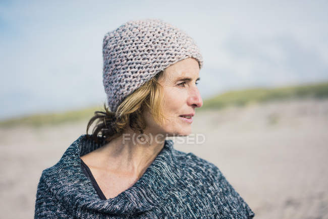 Donna matura, con un cappello squallido, ritratto — Foto stock
