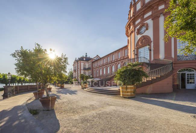 Allemagne, Hesse, Wiesbaden, Palais Biebrich contre le soleil — Photo de stock