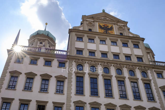 Deutschland, Bayern, Augsburg, Rathaus, Ostfassade gegen die Sonne — Stockfoto