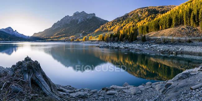 Suiza, Graubuenden, Sufers en el lago Sufner - foto de stock