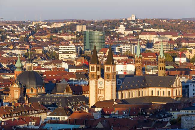 Alemania, Baviera, Wuerzburg, Cityview, Wuerzburg Cathedral (r.), Neumuenster Collegiate church (l.) y Ghotel Hotel - foto de stock