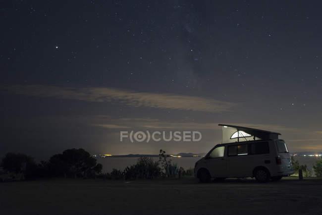 Испания, Каталония, Коста-Брава, Барселона, автофургон ночью, молочный путь — стоковое фото