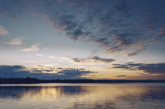 Pôr do sol sobre o Lago Inari, Finlândia — Fotografia de Stock