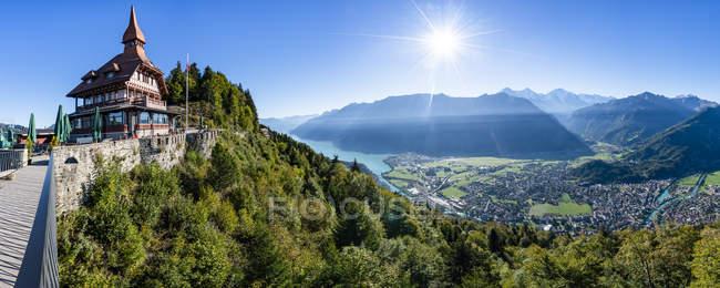 Schweiz, Kanton Bern, Berner Alpen, Interlaken, Brienzersee, Restaurant am Harder Kulm — Stockfoto