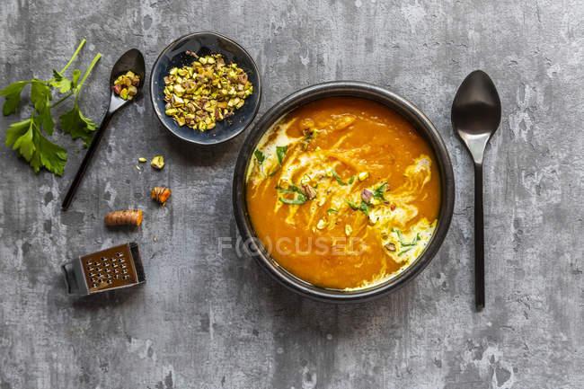 Солодкий картопляний суп з куркумою, коріандром та пісупаціо — стокове фото