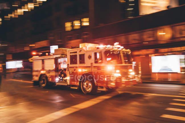 Estados Unidos, Nueva York, camión de bomberos que viene por la calle - foto de stock