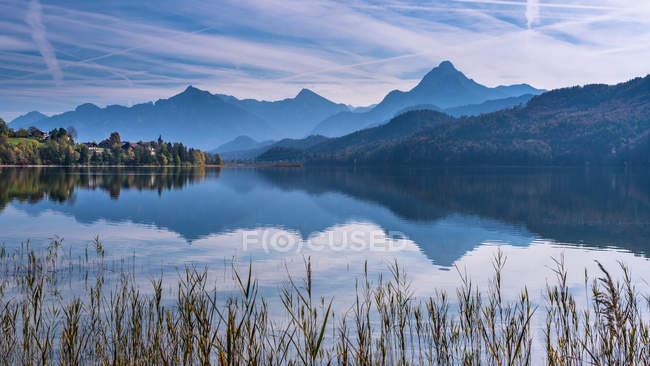 Германия, Бавария, Восточная Альгеу, Фуэго, озеро в горах — стоковое фото
