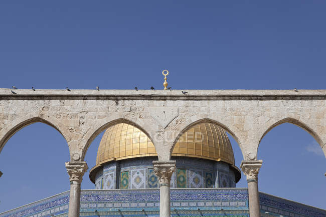 Israel, Jerusalem, Dome of the rock, golden cupola, Corinthian arches — Foto stock