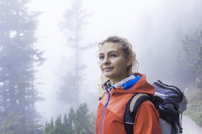 Mujer joven senderismo en las montañas de Baviera - foto de stock