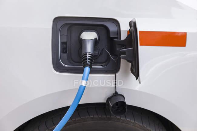 Gros plan de recharge de voiture électrique — Photo de stock