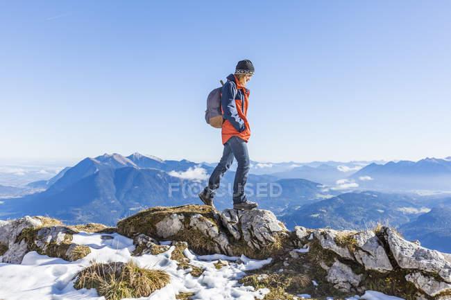 Німеччина, Гарміші-Партенкірхен, Alpspitze, Остерфелдеркопф, жіночий мандрівниця — стокове фото