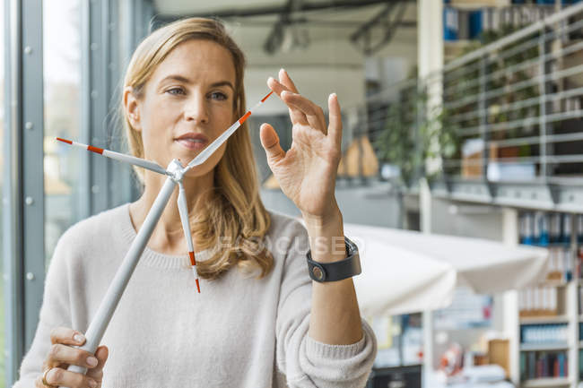 Woman in office working on wind turbine model — Stock Photo