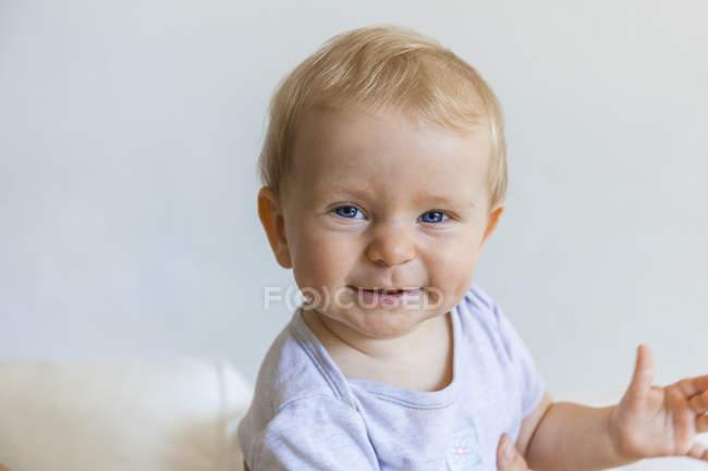 Портрет щасливого білявою дівчинкою — стокове фото