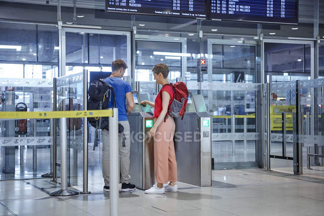 Couple passing security gate at the airport — Stock Photo