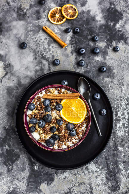 Muesli croquant aux bleuets, tranche de bâtonnets d'orange et de cannelle — Photo de stock