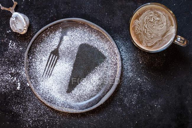 Kladdkaka svedese, torta al cioccolato fondente, brownie svedese, con caffè, primo piano — Foto stock