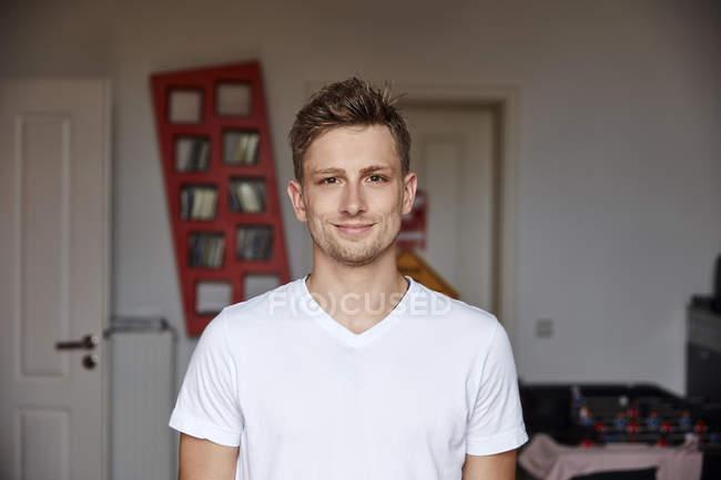 Портрет посміхаючись юнак вдома — стокове фото
