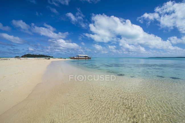 Kochinseln, Rarotonga, Aitutaki-Lagune, traditionelles Boot am Strand — Stockfoto