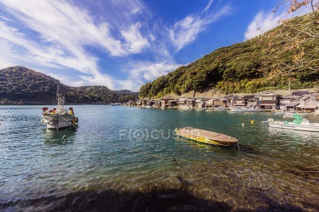 Япония, префектура Киото, рыбацкая деревня Ине, городской пейзаж — стоковое фото