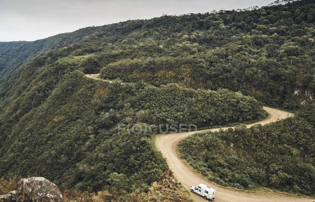 Бразилия, Апарадос да Серра, караван на гравийной дороге — стоковое фото