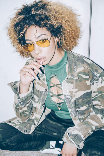 Портрет привабливої молодої жінки у сонячних окулярах. — стокове фото