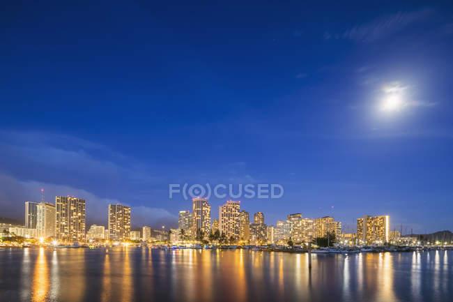 EUA, Havaí, Oahu, Honolulu e Ala Wai Boat Harbor em hora azul — Fotografia de Stock