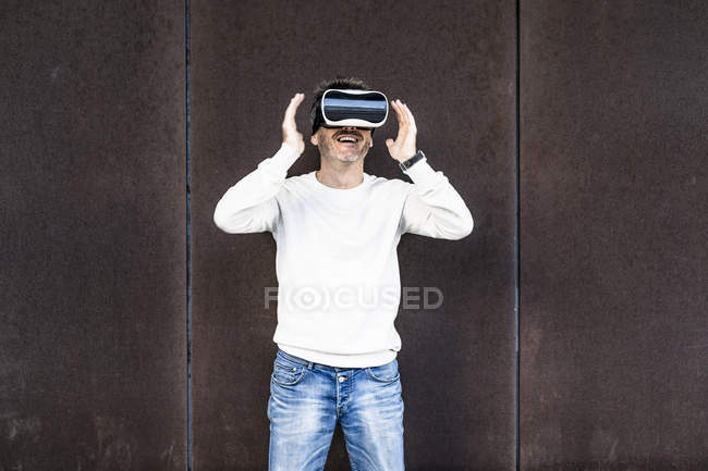 Mature man using VR glasses — Stock Photo