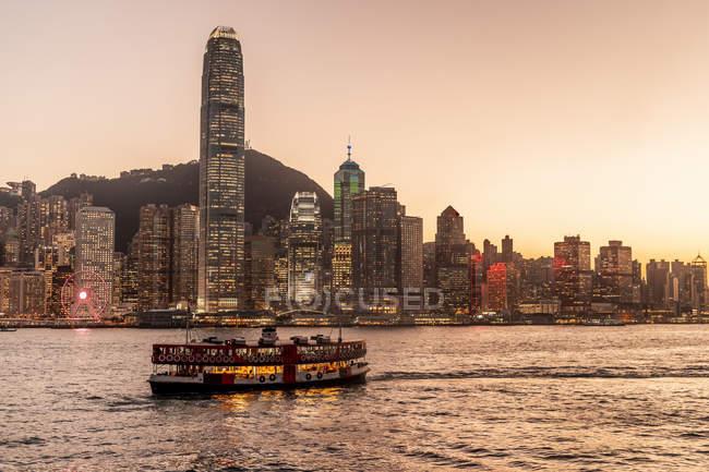 Гонконг, Чімсачей, міський пейзаж на заході сонця — стокове фото