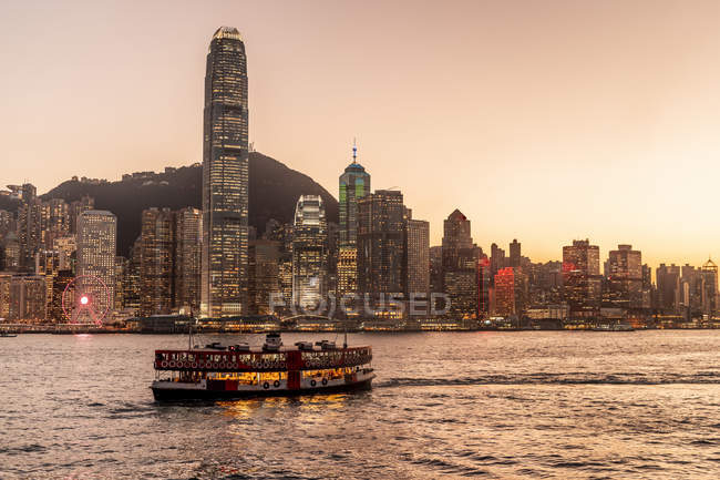 Hong Kong, Tsim Sha Tsui, paisaje urbano al atardecer - foto de stock