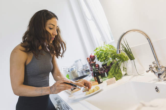Woman preparing healthy food in kitchen — Stock Photo