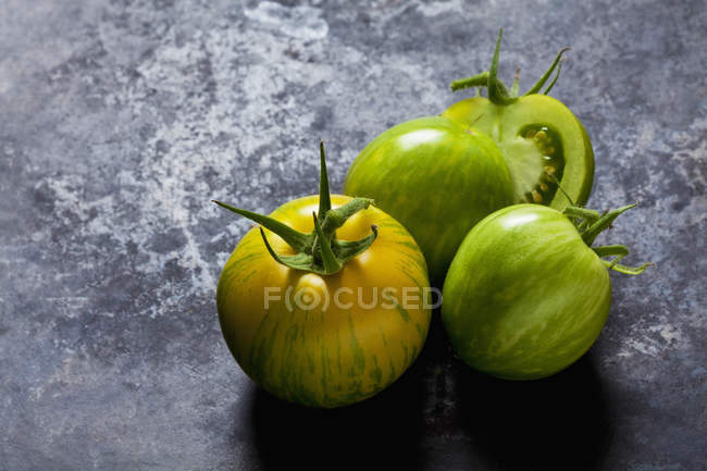 Whole and sliced tomatoes 'Green Zebra' — Stock Photo