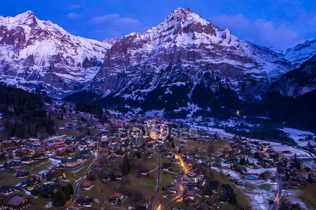 Schweiz, Kanton Bern, Wetterhorn, Grindelwald, Stadtbild zur blauen Stunde im Winter — Stockfoto