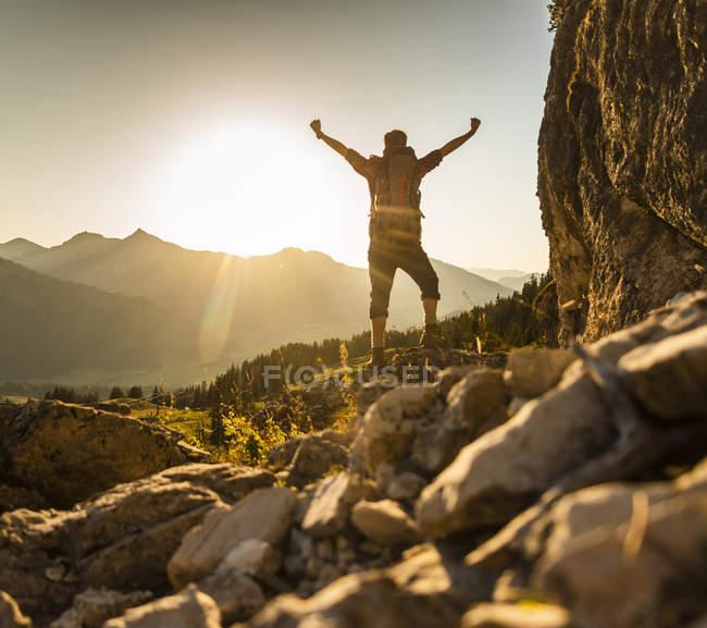 Escursionismo uomo in piedi in montagna, tifo — Foto stock