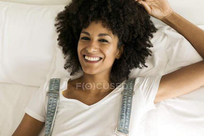 Ritratto di donna felice sdraiata a letto — Foto stock