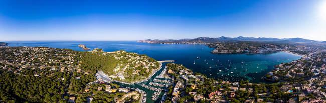 Spagna, Baleari, Maiorca, Calvia, Veduta aerea di Santa ponca, marina, Serra de Tramuntana sullo sfondo — Foto stock