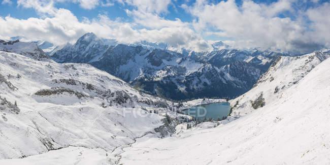 Німеччина, Баварія, Allgaeu, Allgaeu Альп, вид з Zeigersattel в Seealpsee взимку — стокове фото