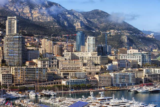 Principado de Mónaco, Mónaco, Monte Carlo, Paisaje urbano en el puerto deportivo - foto de stock