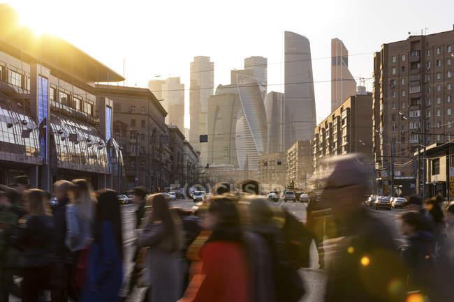 Russia, Moscow, Busy people crossing Bol'shaya Dorogomilovskaya Ulitsa — Stock Photo