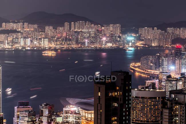 Hong Kong, Causeway Bay, paisaje urbano por la noche - foto de stock