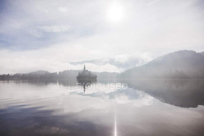 Eslovenia, Gorenjska, Bled, Bled lago, Bled isla con la Iglesia de la Asunción de María - foto de stock