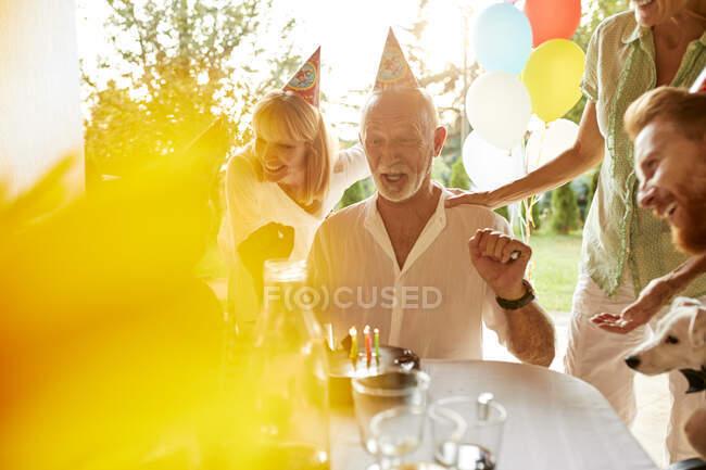 Счастливая семья на дне рождения сада — стоковое фото