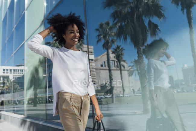 Joven mujer de negocios casual en la ciudad - foto de stock