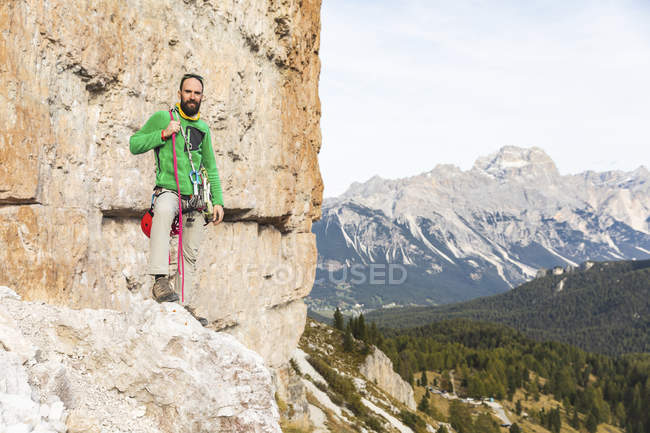 Італія, Кортіна д'Ампеццо, портрет альпініста в горах Доломіти — стокове фото
