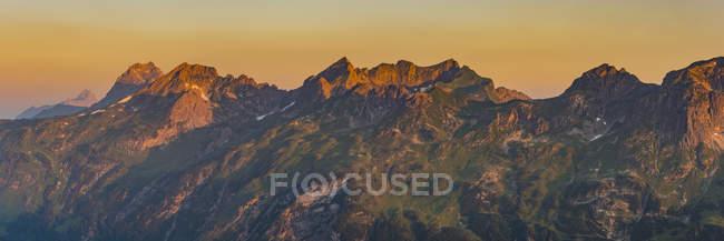 Германия, Бавария, Олгау, Альпы Альгау, Фидерешарте, Шафальпенкоепфе, Большой Виддерштайн на восходе солнца — стоковое фото